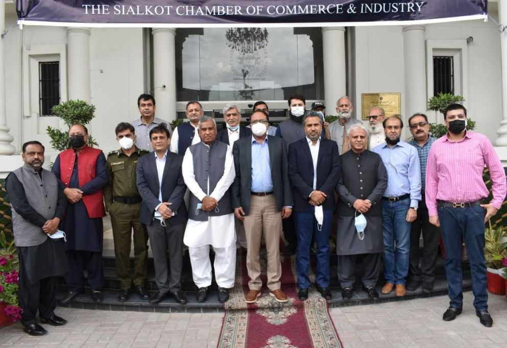 On April 22, 2021, Mr. Zulifqar Ghuman, Commissioner, Gujranwala, Mr.  Abdul Ghaffar Qaisarani, District Police Office, Sialkot and Mr. Tahir Farooq, Deputy Commissioner, Sialkot visited Sialkot Chamber for a session with members of the Chamber. Mr. Qaisar Iqbal Baryar, President, SCCI warmly welcomed the honorable guests and lauded Mr. Zulifqar Ghuman for his commendable services rendered in Administration, Management and other Departments of Government.  President Sialkot Chamber requested the Commissioner,  Gujranwala to provide special facilitation to Sialkot on issues pertaining to early execution of the projects like Sialkot Industrial Zone, Sialkot Ring Road, Shahab Pura Chowk overhead bridge,  Pasrur road and Wazirabad Road. Mr. Zulfiqar Ghuman assured all his possible support in execution and early completion of above projects highlighted by the President Sialkot Chamber.