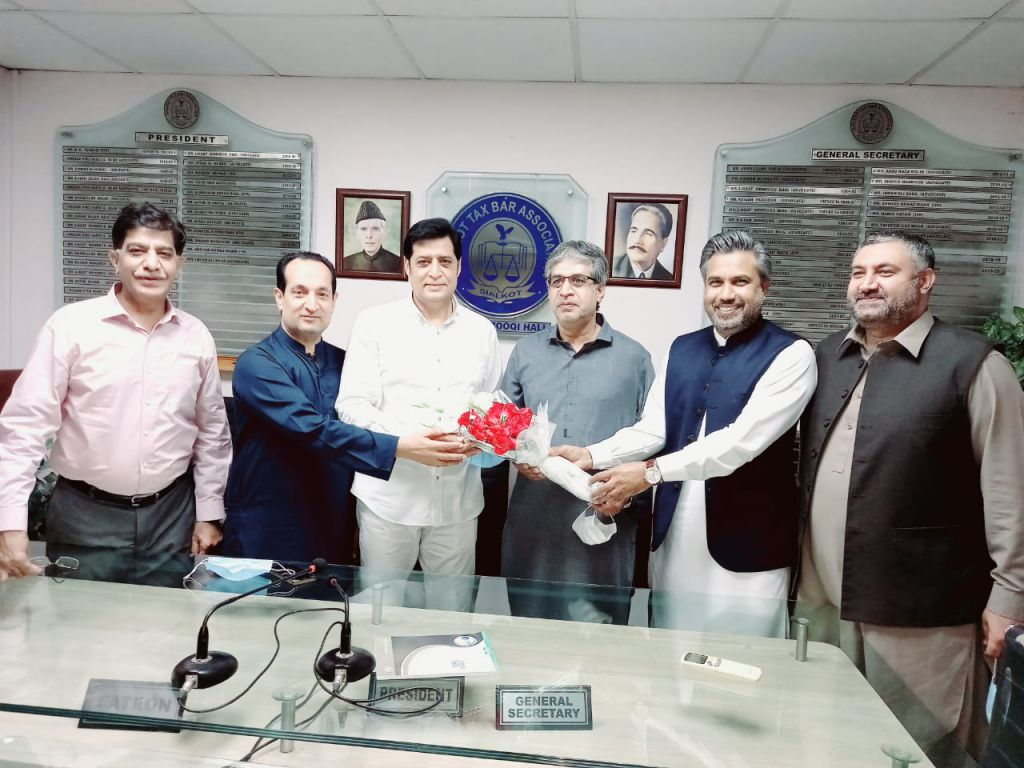 On April 26, 2021, Mr. Qaisar Iqbal Baryar, President SCCI, Mr. Fazal Jilani, Chairman, and Mian Amin Ahsan, CEO, AIRSIAL presented souvenir to  Mr. Shakil Ahmed Khan for  being elected as President of the Sialkot Tax Bar Association for the year 2021-22. President Sialkot Chamber also extended his best wishes and heartiest felicitations to Senior Vice President and Vice President Sialkot Tax Bar Association.