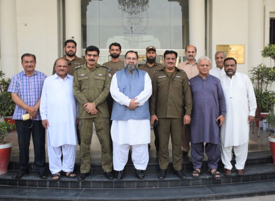 On June 09, 2021, Mr. Rana Tariq Nadeem, DSP city Sialkot and Mr.  Muhammad Jamil, DSP, CIA visited Sialkot Chamber of Commerce and Industry. Mr. Khuram Aslam, Senior Vice President and Mr. Ansar Aziz Puri, Vice President, SCCI warmly welcomed the guests and presented souvenir to DSP city Sialkot and DSP, CIA Sialkot.