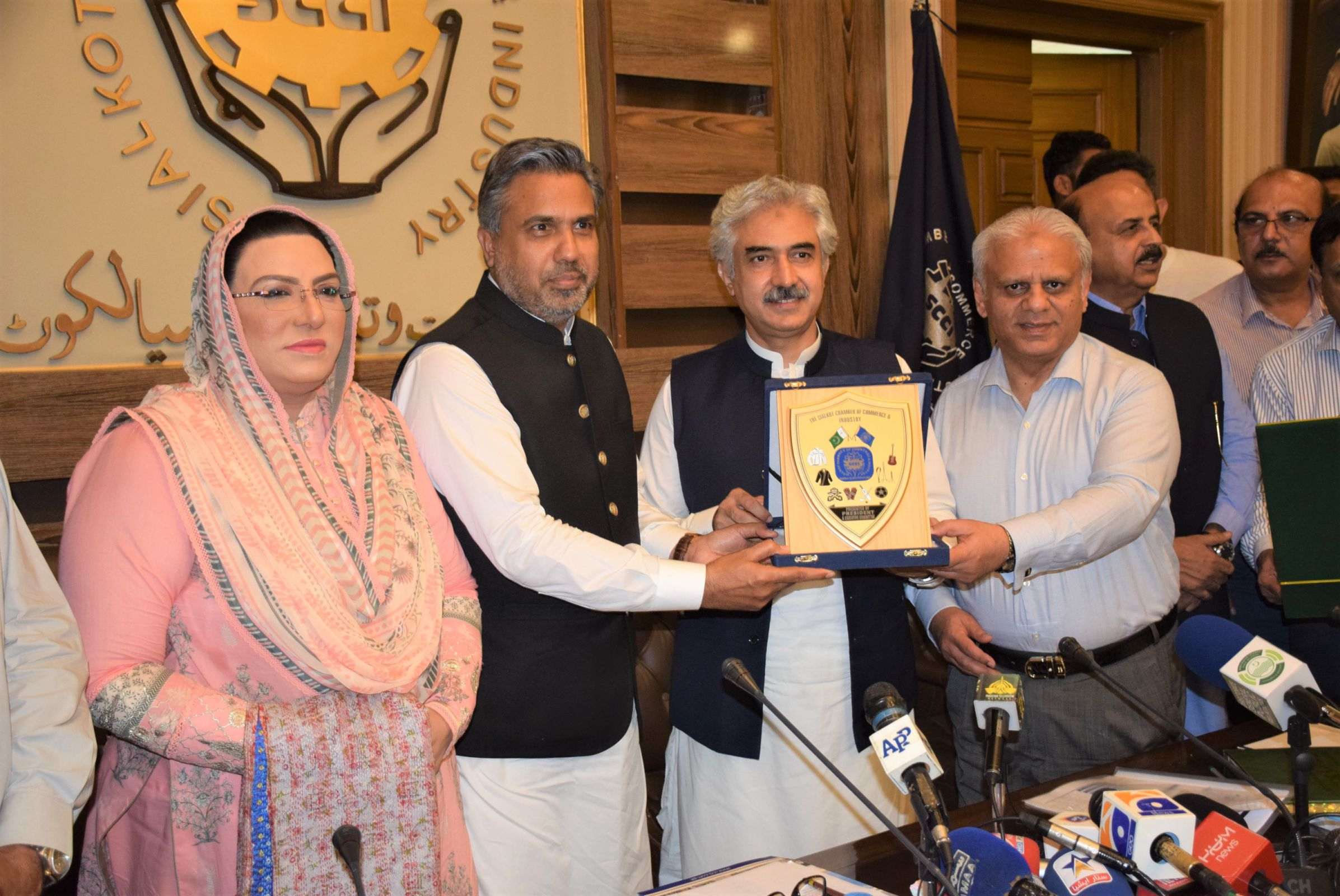 On July 15, 2021, Honorable Muhammad Aslam Iqbal, Provincial Minister of Punjab for Industries, Commerce and Investment visited SCCI to interact with business community of Sialkot.  Mr. Qaisar Iqbal Baryar, President, Mr. Khuram Aslam, Senior Vice President, Mr. Ansar Aziz Puri , Vice President SCCI welcomed the Minister and officials of Government of Punjab.  Dr. Firdous Ashiq Awaz, Special Assistant to CM on Information and Ch. Muhammad Akhlaq, Provincial Minister of Punjab for Special Education also graced the event.  Mr. Usman Dar, Special Assistant to Prime Minister on Youth Affairs also joined the meeting through zoom.