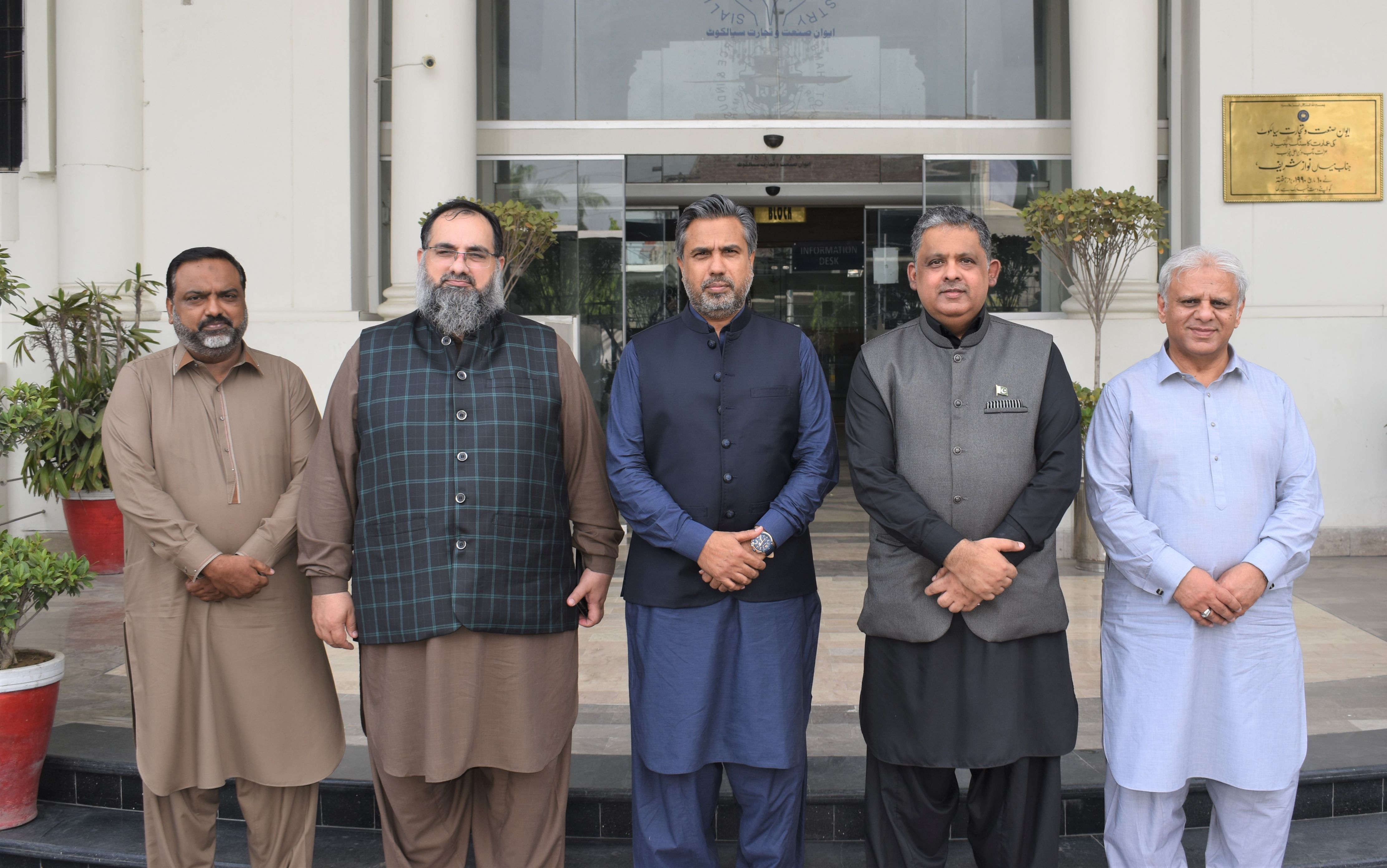 On August 20, 2021, H.E. Rizwan Saaed Sheikh, Ambassador of Pakistan to Organization of Islamic Cooperation (OIC) in Jeddah called on Mr. Qaisar Iqbal Baryar, President, Mr. Khuram Aslam, Senior Vice President and Mr. Ansar Aziz Puri, Vice President, Sialkot Chamber of Commerce & Industry to discuss matters pertaining to Trade, Commerce and Investment in OIC Countries.