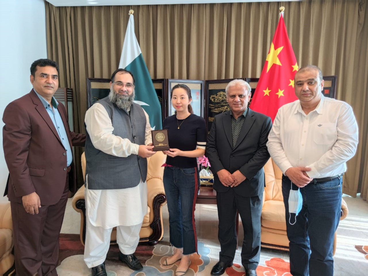 On September 07, 2021, A delegation of Sialkot Chamber of Commerce & Industry had a meeting with the Consul of China to Pakistan to discuss matters related to Visas. The Delegation was led by Mr. Khuram Aslam, Senior Vice President and Mr. Ansar Aziz Puri accompanied by Mr. Mohammad Sarwar and Mr. Mohammad Bilal Dar, SCCI Executive Committee Members.