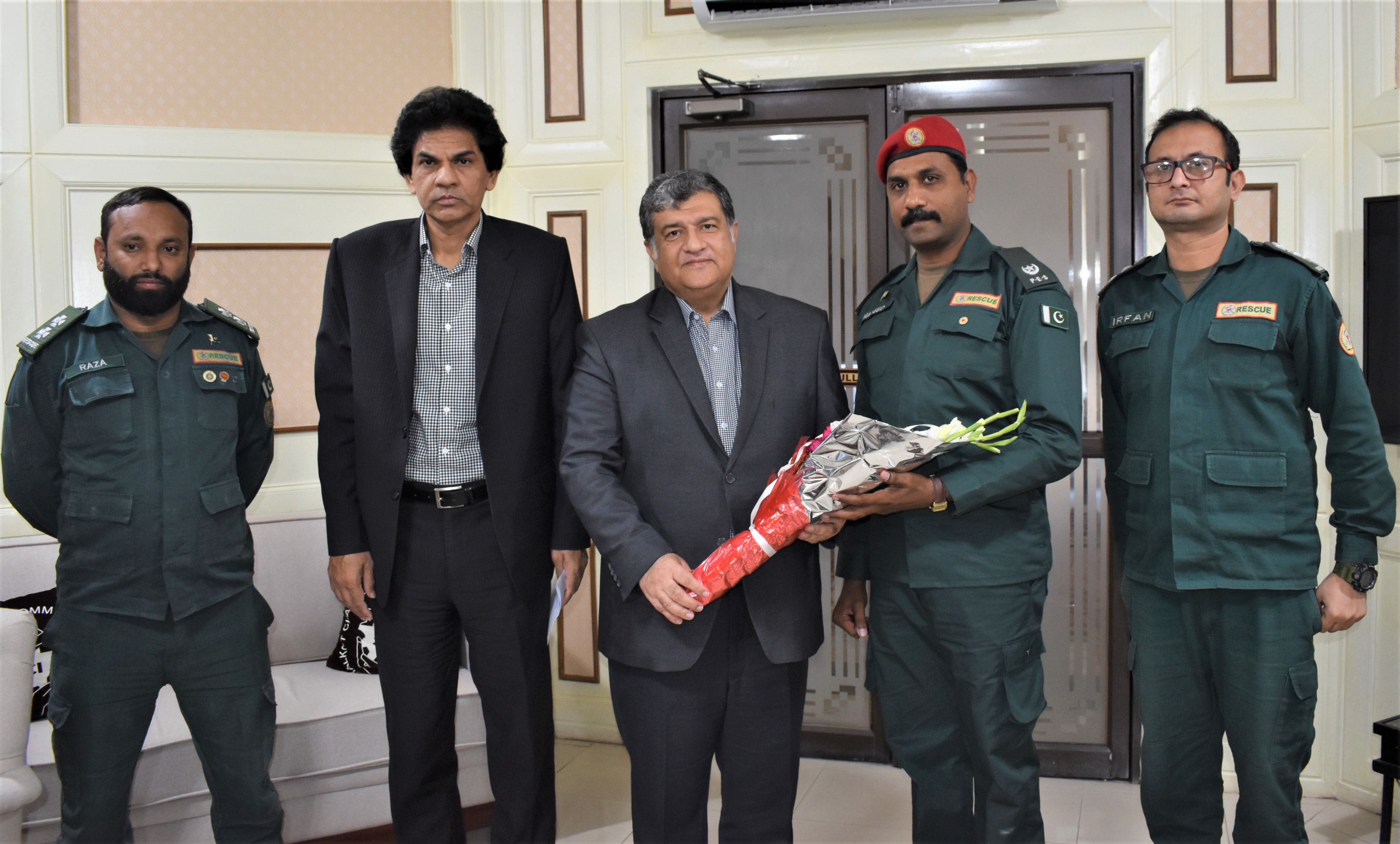 On October 27, 2021, A Delegation of The Punjab Emergency Service (Rescue 1122) met President, Sialkot Chamber of Commerce & Industry and elaborated their role and performance in professional management of emergencies such as road traffic crashes, medical emergencies, building collapse, fire explosions, flood and water rescue.  President SCCI appreciated the efforts of Rescue 1122 in facilitating hundreds of emergency victims in Sialkot through its Emergency Ambulance, Rescue & Fire services while maintaining its swift response and standards.